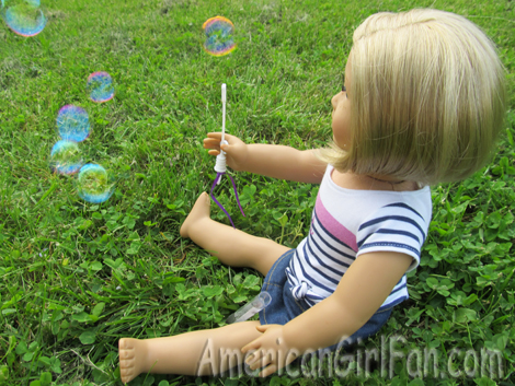 Kit blowing bubbles2