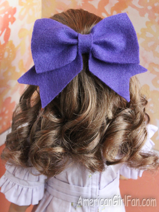 How To Make A Felt Hair Bow For Dolls (via AmericanGirlFan.com click through for tutorial)