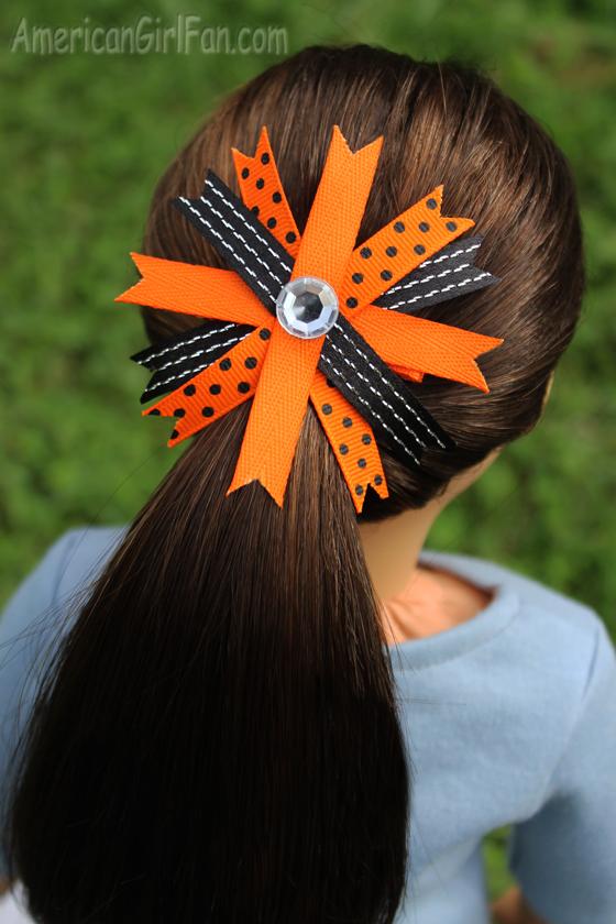 How To Make A Festive Hair Bow For Dolls (via AmericanGirlFan.com click through for tutorial)